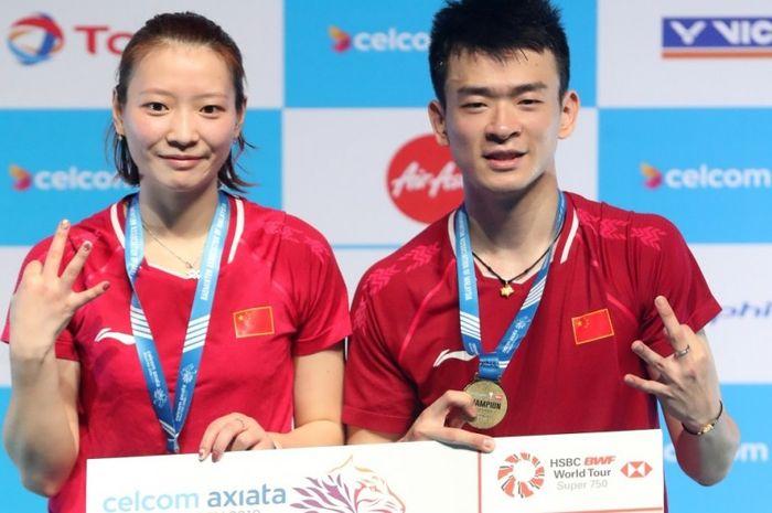 Pasangan ganda campuran China, Zheng Siwei/Huang Yaqiong, berpose di podium kampiun Malaysia Open 2019.