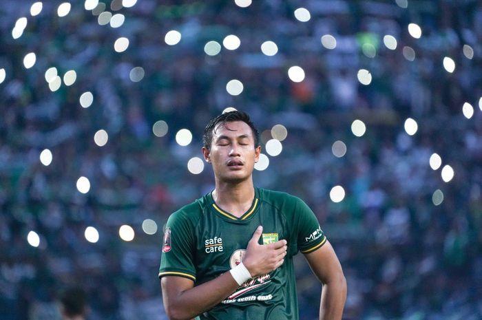 Bek tengah Persebaya Surabaya, Hansamu Yama Pranata, terlihat sangat menjiwai ketika menyanyikan Song For Pride bersama Bonek di Stadion Gelora Bung Tomo.