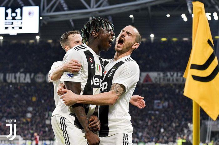 Penyerang Juventus, Moise Kean (tengah), merayakan gol yang dicetak ke gawang AC Milan dalam laga Liga Italia di Stadion Allianz, Sabtu (6/4/2019).