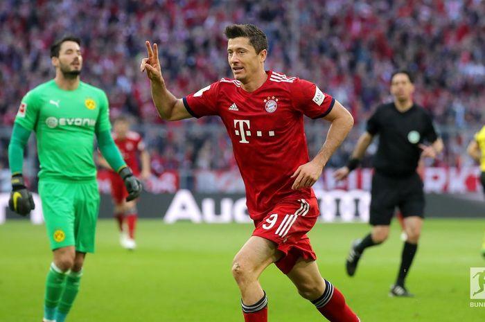 Penyerang Bayern Muenchen, Robert Lewandowski, membobol gawang Borussia Dortmund dalam laga pekan ke-28 Liga Jerman di Allianz Arena, Sabtu (6/4/2019).