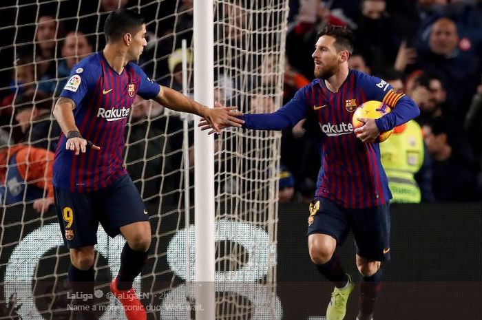 Megabintang FC Barcelona, Lionel Messi, merayakan golnya dengan Luis Suarez dalam laga pekan ke-31 Liga Spanyol kontra Atletico Madrid di Stadion Camp Nou, Sabtu (6/4/2019).