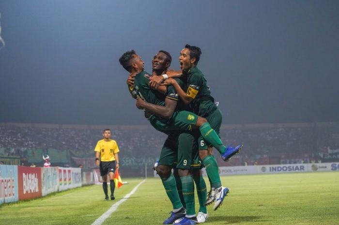 Para pemain Persebaya Surabaya melakukan selebrasi seusai mencetak gol ke gawang Madura United di semifinal leg kedua Piala Presiden 2019.