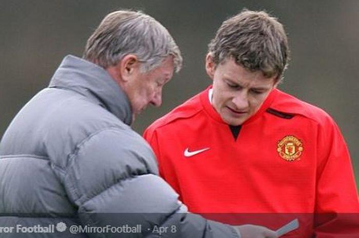 Dua pelatih Manchester United beda generasi, Ole Gunnar Solskjaer (kanan) dan Sir Alex Ferguson.