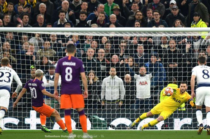 Kiper Tottenham Hotspur, Hugo Lloris, sukses membaca arah sepakan penalti striker Manchester City, Sergio Aguero, ketika kedua tim bertemu dalam leg pertama perempat final Liga Champions, Rabu (10/4/2019) di Stadion Tottenham Hotspur, London.