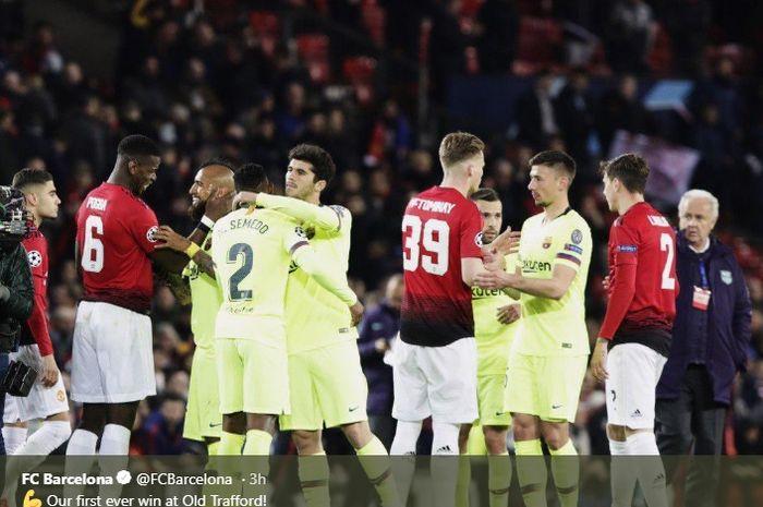 Para pemain Barcelona dan Manchester United saling memberikan salam hangat  usai pertandingan leg pertama perempat final di Old Trafford, Rabu (10/4/2019)