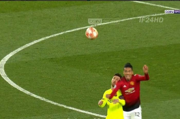 Benturan antara Chris Smalling dan Lionel Messi dalam duel Manchester United versus Barcelona di Olds Trafford, Rabu (10/4/2019)
