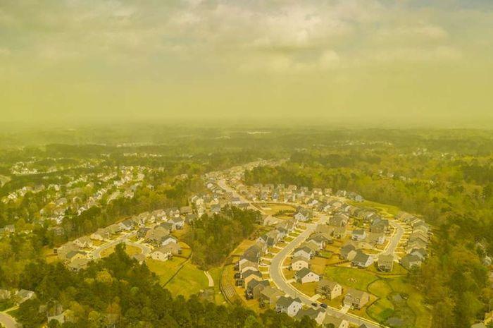 Pemandangan Durham, Carolina Utara, dengan udara kuning yang menyelimutinya.