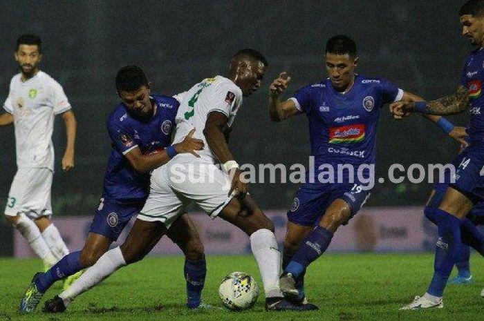Tiga pemain Arema FC, berebut bola dengan striker Persebaya Surabaya, Amido Balde dalam Final leg kedua Piala Presiden 2019 di Stadion Kanjuruhan Kepanjen, Kabupaten Malang, Jumat (12/4/2019).