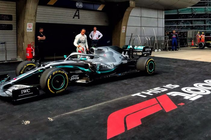 Pembalap Mercedes, Lewis Hamilton, memarkir mobilnya setelah menjuarai GP China 2019, Minggu (14/4/2019).