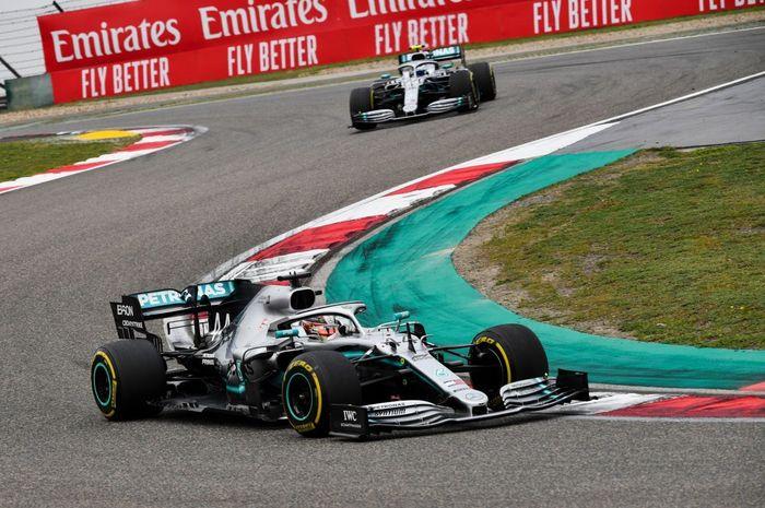 Dua pembalap Mercedes, Lewis Hamilton dan Valtteri Bottas, finish satu dua di GP Shanghai, Minggu (14/4/2019).