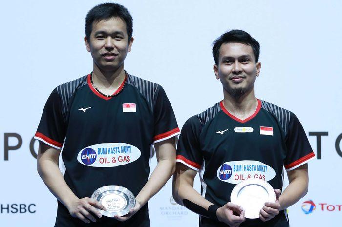 Pasangan ganda putra Indonesia, Mohammad Ahsan/Hendra Setiawan, berpose di podium runner-up Singapore Open 2019.