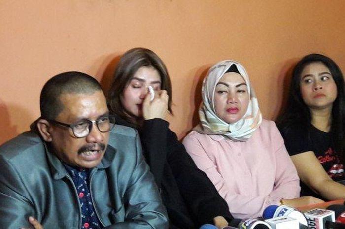 Hilda Vitria menangis saat jumpa pers membicarakan kasus penetapan Kriss Hatta sebagai tersangka