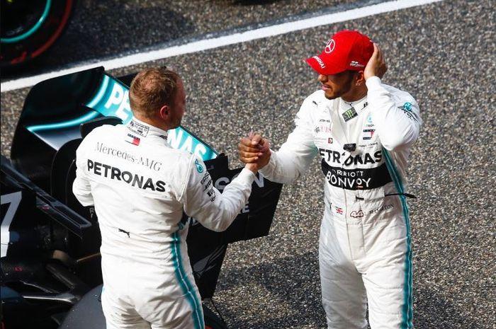 Dua pembalap Mercedes, Lewis Hamilton (Kanan) dan Valtteri Bottas (Kiri) usai menangi F1 China 2019, Minggu (14/4/2019)