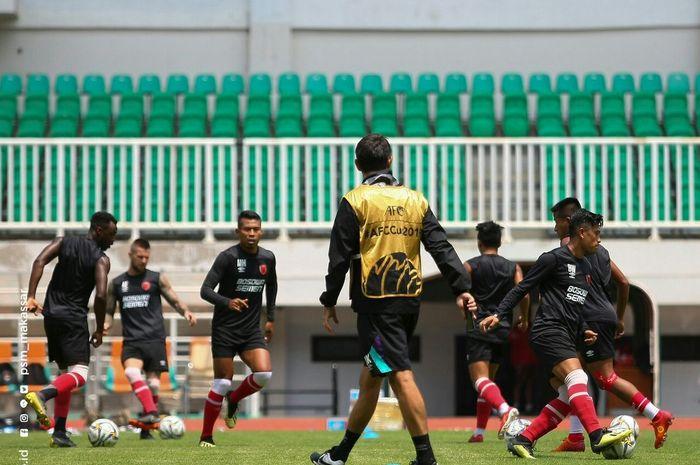Pemain PSM Makassar melakukan pemanasan sebelum berangkat ke Filipina untuk menumbangkan Kaya FC dalam laga keempat Piala AFC 2019