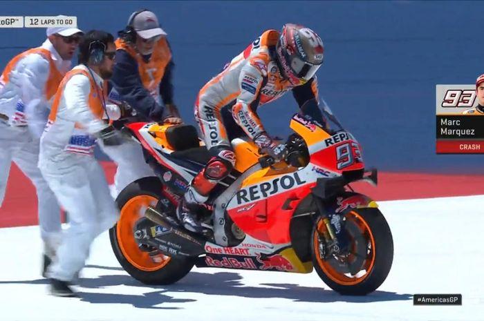 Pembalap Repsol Honda, Marc Marquez, berupaya menjalankan motornya kembali setelah terjatuh di MotoGP Americas 2019, Minggu (14/4/2019).