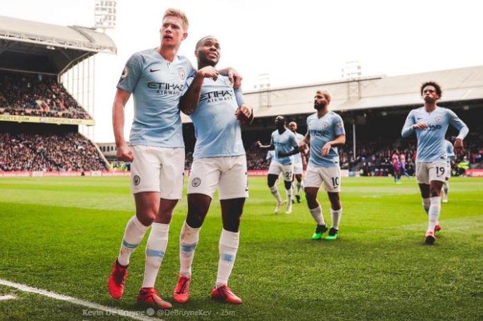 Winger Manchester City, Raheem Sterling (kanan), merayakan golnya bersama Kevin De Bruyne, dalam laga pekan ke-34 Liga Inggris kontra Crystal Palace di Selhurst Park, Minggu (14/4/2019).