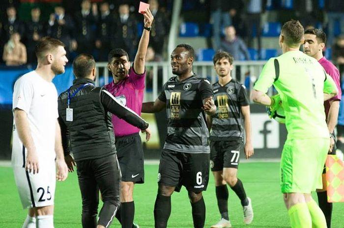 Gelandang Michael Essien mencoba menenangkan satu ofisial timnya saat wasit memberi kartu merah kiper Sabail FK, Oleksandr Rybka saat mereka menjamu Netchi FC pada lanjutan Liga Azerbaijak 2018-2019, 14 April 2019.