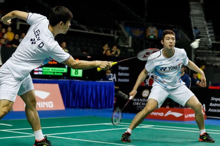 Pasangan ganda putra Korea Selatan, Lee Yong-dae (kiri)/Kim Gi-jung, saat bertanding pada babak kedua Singapore Open 2019, di Singapore Indoor Stadium, Kamis (11/4/2019).