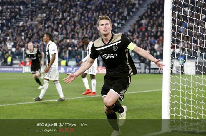 Bek sekaligus kapten Ajax Amsterdam, Matthijs de Ligt, merayakan gol yang dicetak ke gawang Juventus dalam laga leg kedua perempat final Liga Champions di Stadion Allianz, Turin, Selasa (16/4/2019).