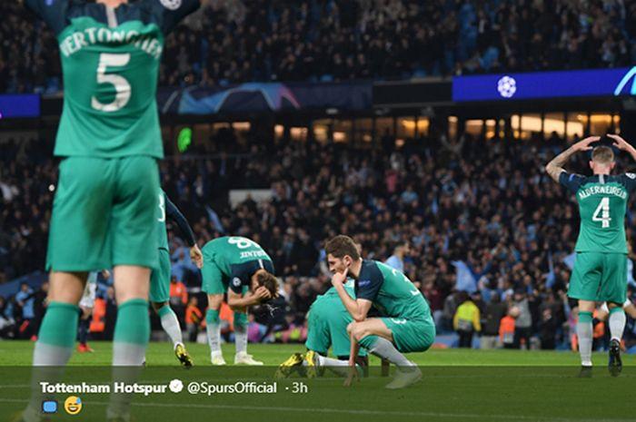 Para pemain Tottenham Hotspur lesu setelah mereka kebobolan pada waktu tambahan babak kedua pertandingan leg kedua babak perempat final Liga Champions di Stadion Etihad, 17 April 2019.
