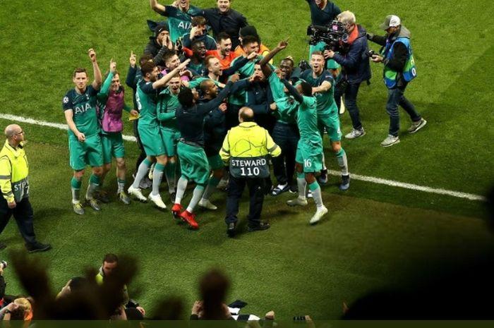 Para pemain Tottenham Hotspur merayakan kelolosan mereka ke semifinal Liga Champions usai menyingkirkan Manchester City di perempat final