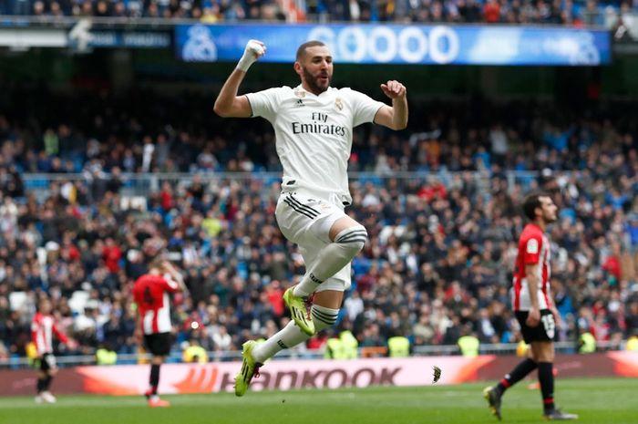Penyerang Real Madrid, Karim Benzema, merayakan golnya dalam laga pekan ke-33 Liga Spanyol kontra Athletic Bilbao di Stadion Santiago Bernabeu, 21 April 2019.