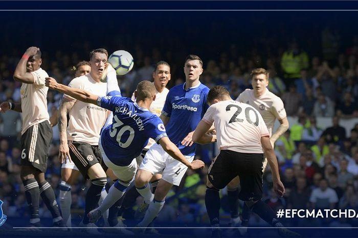 Pemain Everton melepas tembakan salto yang membobol gawang Manchester United pada Minggu (21/4/2019).