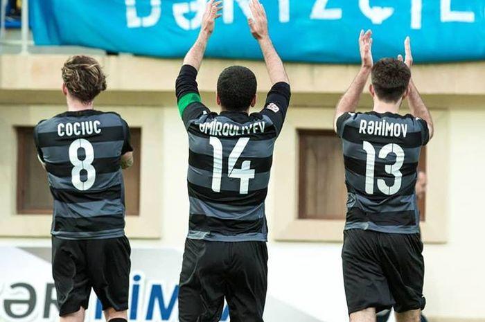 Tiga pemain Sebail FK memberikan penghormatan ke fan mereka setelah menang atas tuan rumah Sumqayit FK pada lanjutan Liga Azerbaijan 2018-2019, 18 April 2019.