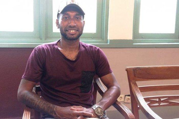 Penyerang Kalteng Putra, Patrich Wanggai, memberikan klarifikasi kepada media terkait kasus penganiayaan yang terjadi di bar kawasan Yogyakarta pada 11 April 2019.