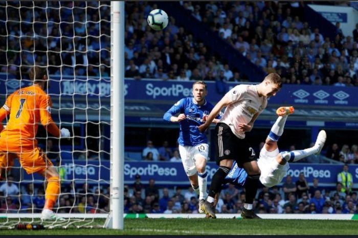 Striker Everton, Richarlison, mencetak gol akrobatik ke gawang Manchester United dalam lanjutan Liga Inggris di Goodison Park, Minggu (21/4/2019)