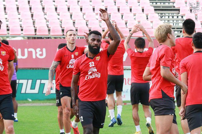 Bek Sukhothai FC, Yanto Basna dalam sebuah sesi latihan pada 17 April 2019.