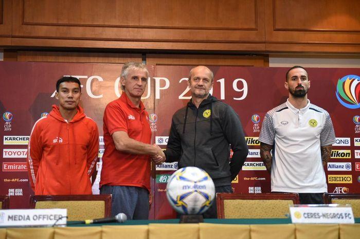 Pelatih Persija Jakarta, Ivan Kolev, berjabat tangan dengan tim pelatih Ceres Negros, Risto Vidakovic dalam jumpa pers di Hotel Sultan, Jakarta, Senin (22/4/2019).