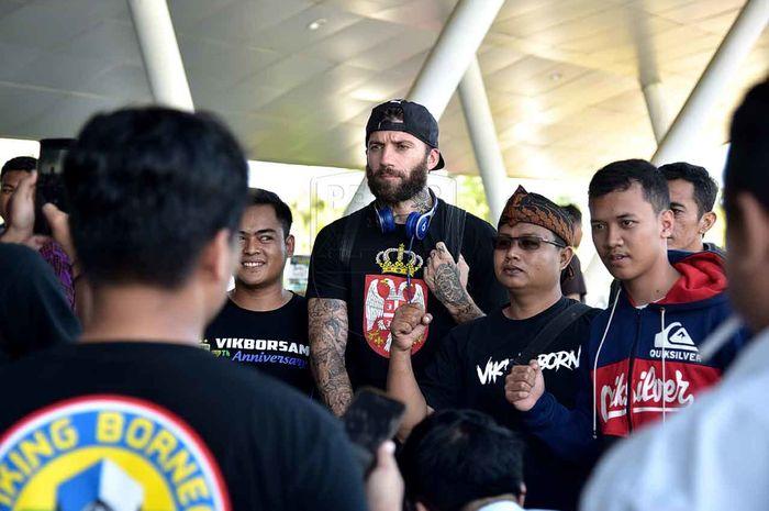 Skuat Persib Bandung disambut bobotoh yang tergabung dalam Viking Borneo setelah tiba di Bandara Internasional Aji Pangeran Tumenggung Pranoto, Samarinda,  Senin (22/4/2019) pukul 15.55 WITA.