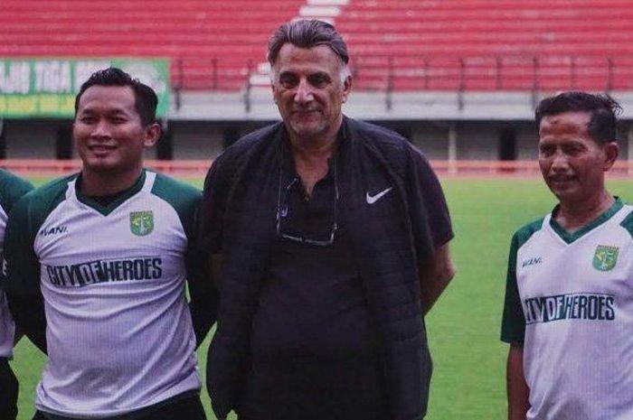 Instruktur AFC, Bader Ahmad (tengah), bersama pelatih Persebaya Surabaya, Djadjang Nurdjaman (kanan), dan pelatih fisik Persebaya, Rudy Eka Priyambada (kiri), saat memantau latihan tim pada 21 April 2019 untuk persiapan melawan Madura United di babak delapan besar Piala Indonesia 2018.