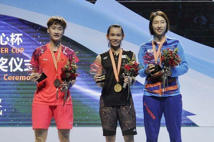 (ki-ka) Chen Yufei (China), Tai Tzu Ying (Taiwan), Sung Ji-hyun (Korea Selatan) pada podium Kejuaraan Asia 2018, (29/4/2019),di Wuhan, China.