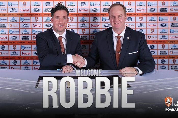 CEO Brisbane Roar, David Pourre berjabat tangan dengan pelatih baru klubnya, Robbie Fowler (kiri) pada 23 April 2019.
