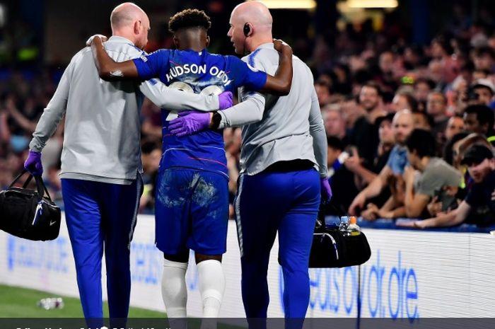 Penyerang sayap muda Chelsea, Callum Hudson-Odoi, haru dibopong keluar lapangan usai mengalami cedera achiless saat Chelsea bermain imbang 2-2 melawan Burnley, Senin (22/4/2019).