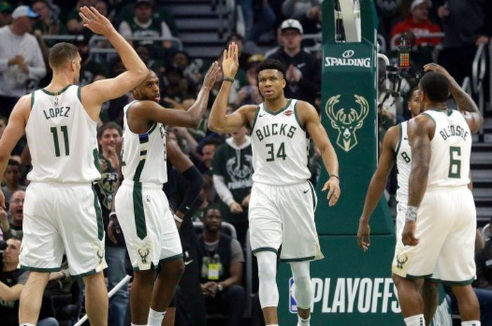 Tim Milwaukee Bucks melakukan selebrasi pada laga babak kesatu playoffs NBA 2019 Wilayah Timur melawan Detroit Pistons.