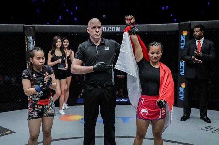 Atlet ONE Championship asal Indonesia, Priscilla Hertati Lumban Gaol (kanan).
