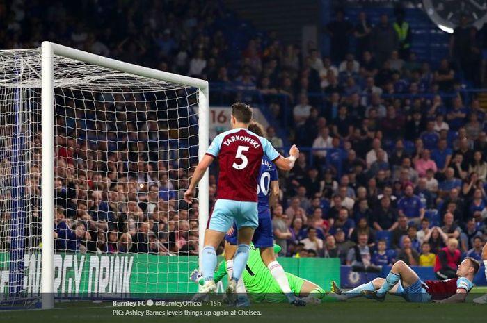 Pemain Burnley, Ashley Barnes, mencetak gol dalam laga pekan ke-35 Liga Inggris kontra Chelsea di Stadion Stamford Bridge, 22 April 2019.