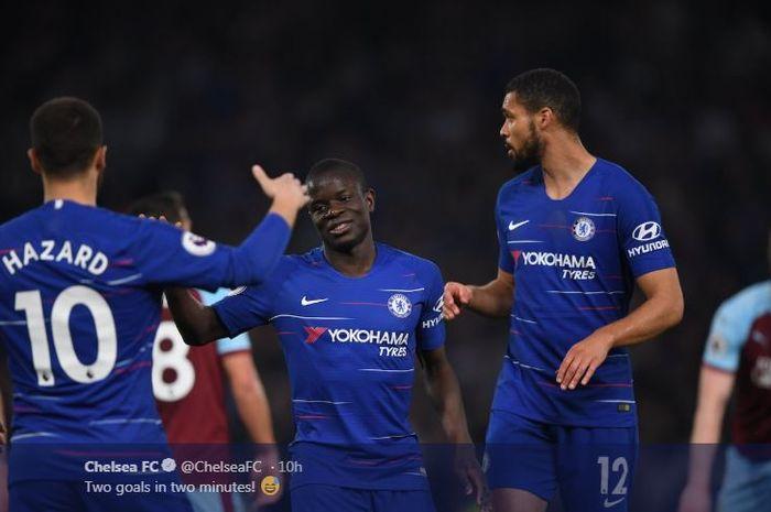 Gelandang Chelsea, N'Golo Kante (tengah), merayakan gol yang dicetak ke gawang Burnley dalam laga Liga Inggris di Stadion Stamford Bridge, 22 April 2019.