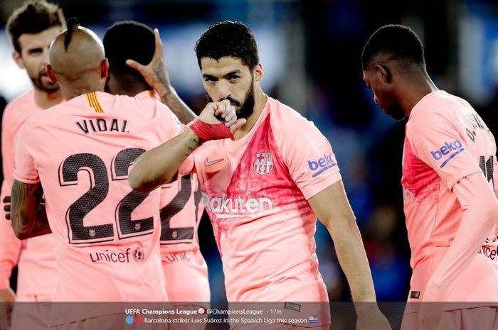 Penyerang Barcelona, Luis Suarez, merayakan gol yang dicetak ke gawang Deportivo Alaves dalam laga Liga Spanyol di Estadio de Mendizorroza, Selasa (23/4/2019).