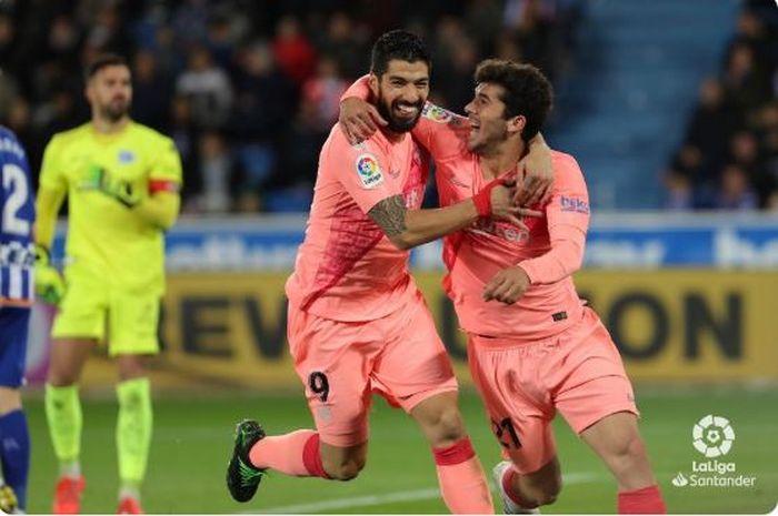 Gelandang Barcelona, Carles Alena (kanan), merayakan golnya bersama Luis Suarez dalam laga Liga Spanyol melawan Deportivo Alaves di Estadio de Mendizorroza, Selasa (23/4/2019).