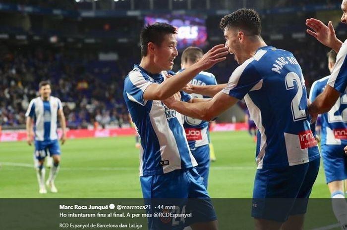 Pemain asal China, Wu Lei disambut pemain Espanyol lain seusai mencetak gol ke gawang Celta Vigo pada lanjutan Liga Spanyol di Stadion RCDE, 24 April 2019.