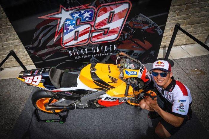 Pembalap LCR Honda, Takaaki Nakagami tengah berpose dengan motor milik mendiang Nicky Hayden