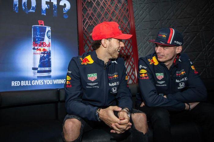 Dua pembalap F1 dari tim Red Bull musim ini, Max Verstappen (kanan) dan Pierre Gasly (kiri) tengah berbincang
