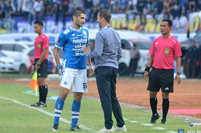 Srdjan Lopicic menyimak instruksi Miljan Radovic ketika memperkuat Persib Bandung.
