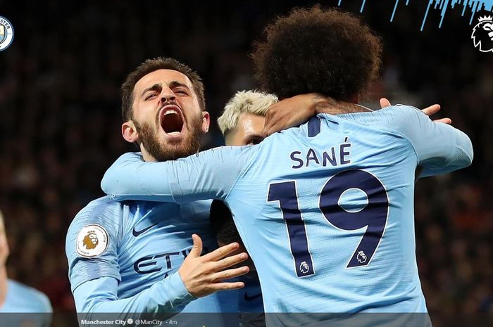Penyerang Manchester City, Leroy Sane (kanan), merayakan gol yang dicetak ke gawang Manchester United dalam laga Liga Inggris di Stadion Old Trafford, Rabu (24/4/2019).