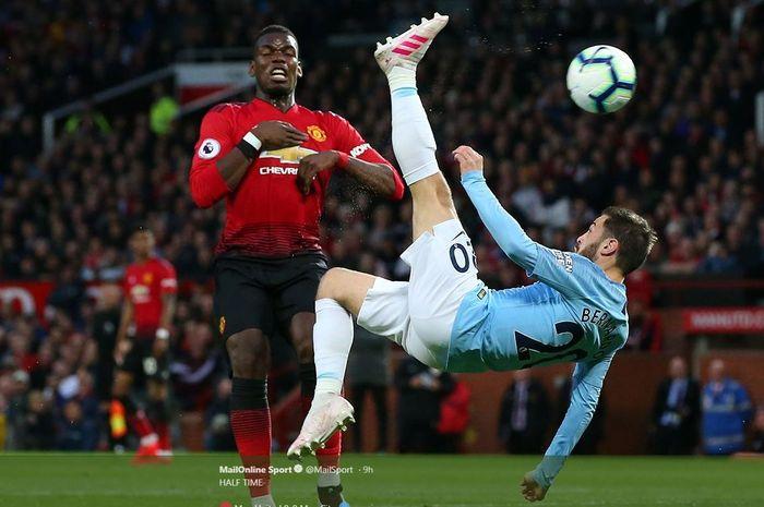 Paul Pogba (kiri) dan Bernardo Silva beraksi dalam partai Manchester United vs Manchester City, 24 April 2019.