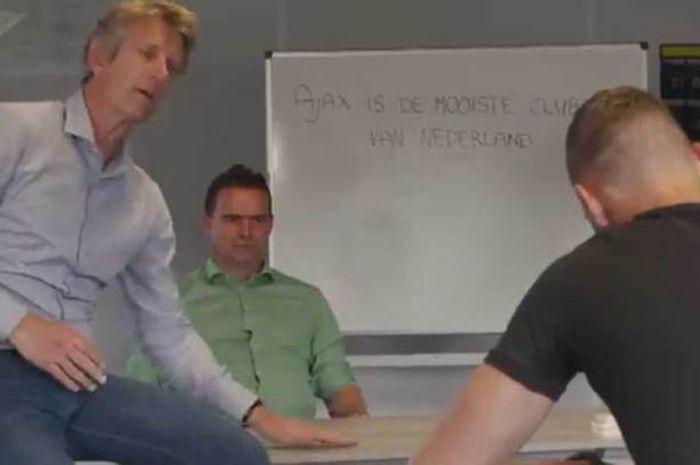 Edwin van der Sar dan Marc Overmars meminta Kjell Scherpen menuliskan 1000 kalimat pujian untuk Ajax Amsterdam.